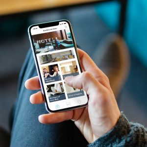 Ein Gast nutzt die Digitale Gästemappe von Gastfreund auf seinem Smartphone