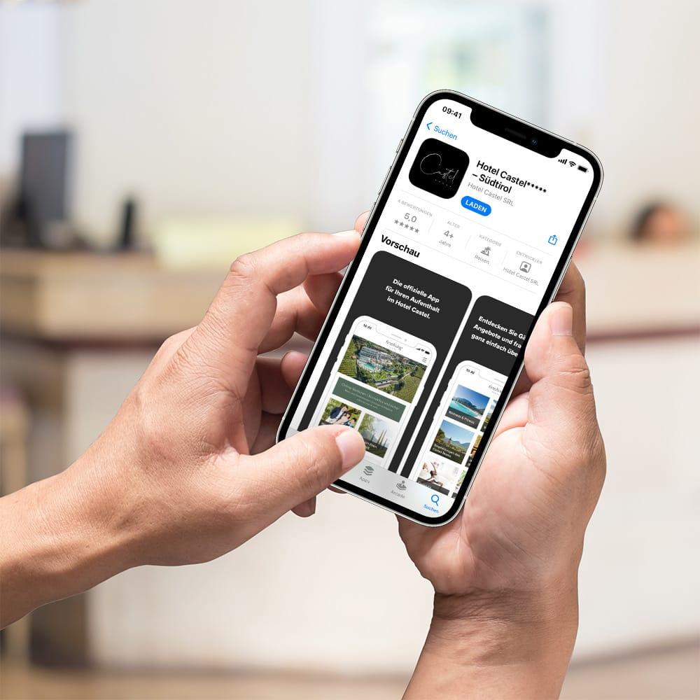 Smartphone zeigt den App Store Eintrag der Hotel-App des Hotel Castel