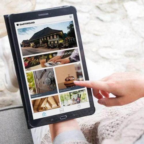 Tablet mit der digitalen Gästemappe von Gastfreund