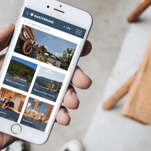 Ein Smartphone das die Digitale Gästemappe von Gastfreund zeigt